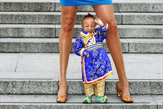 worlds_smallest_man_meets_longest_legs_woman_4-550x366