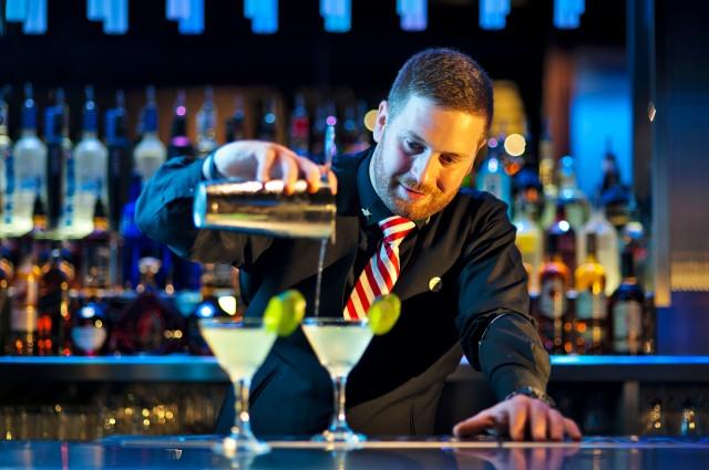 bartender-cucumber-gin-martini